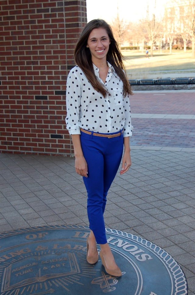 simple outfit, polka dot blouse, colored pants, blue pants, suede wedges